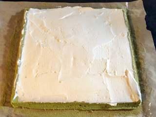抹茶蛋糕卷,将打发好的奶油抹在蛋糕片上,中间奶油多一点