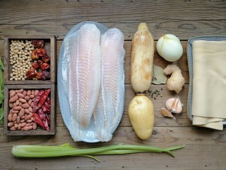 家庭版自制烤鱼,准备食材。为了方便家里的老人和孩子吃,这次家庭版烤鱼选了无刺的龙利鱼(也可用其他鱼),其他配菜根据个人喜好即可。