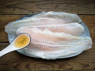 家庭版自制烤鱼,龙利鱼用少量的盐和料酒腌制20分钟。