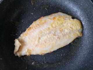 家庭版自制烤鱼,锅中适量油烧热,给腌制好的龙利鱼外面薄薄裹一层裹炸粉后入锅。中小火煎至两面金黄挺实后盛出备用。