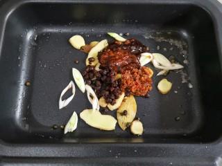 家庭版自制烤鱼,加入豆豉,辣椒酱,黄豆酱,炒出香味和红油。