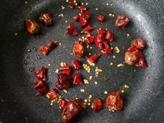 家庭版自制烤鱼,继续下干辣椒炒出香味后盛出备用。
