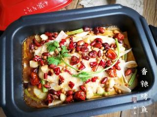 家庭版自制烤鱼,香辣过瘾,外酥里嫩,一道美味的香辣烤鱼就做好了。一边煮一边美美的享用吧。以后不用烤箱,在家也能做烤鱼吃了。