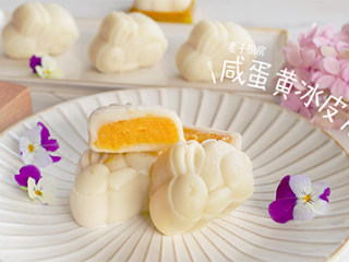 自制【咸蛋黄冰皮月饼】健康美味,清凉软糯的外皮,包裹着咸香细腻的蛋黄内馅!