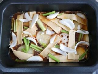 家庭版自制烤鱼,加入自己喜欢的配菜。