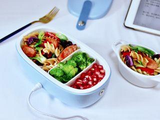 火腿肠时蔬炒意面便当,拿到学校和公司,中午加热以后就可以享用了。
