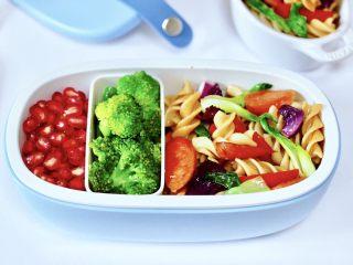 火腿肠时蔬炒意面便当,便当盒里再放入焯过水的西兰花和石榴,好吃又营养的火腿肠时蔬意面便当。