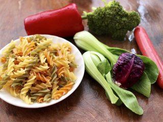火腿肠时蔬炒意面便当,首先把炒意面的食材备齐。