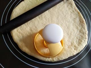 巧克力甜甜圈,将面团擀成厚1厘米左右的面饼,用模具在上面印出甜甜圈形状的饼胚。