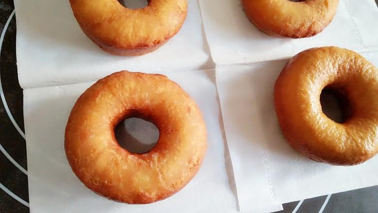 巧克力甜甜圈,捞出后放在吸油纸上吸一下油。
