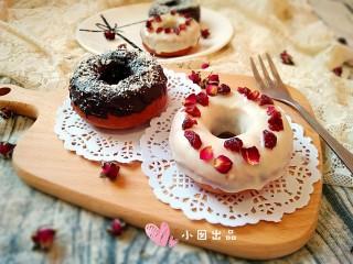 巧克力甜甜圈,根据个人口味还可以做出不同的甜甜圈。