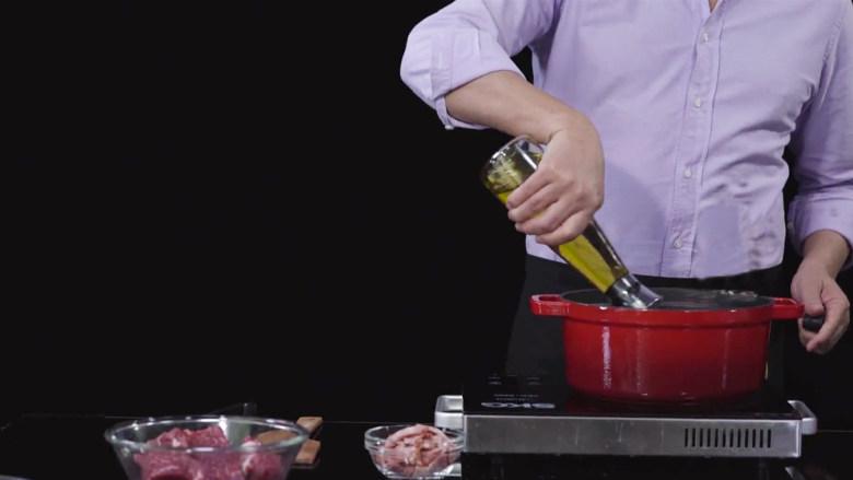法式红酒烩牦牛肉,将腌制的牦牛牛腩块放置一边,热锅下适量橄榄油。