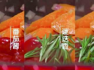 法式红酒烩牦牛肉,锅中依次放入胡萝卜、番茄酱、迷迭香、百里香。