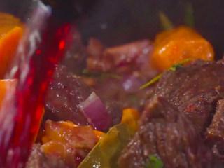 法式红酒烩牦牛肉,再调入150毫升左右的红葡萄酒。