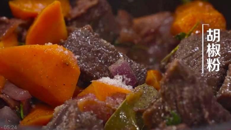法式红酒烩牦牛肉,再加入适量的盐和黑胡椒粉,盖上锅盖,大火烧开。