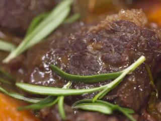 法式红酒烩牦牛肉,小火慢炖1.5小时,出锅前再放入迷迭香。