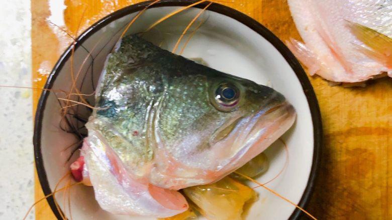 宝宝鲜鱼羹,把处理好的虾头和鱼头放在一起。