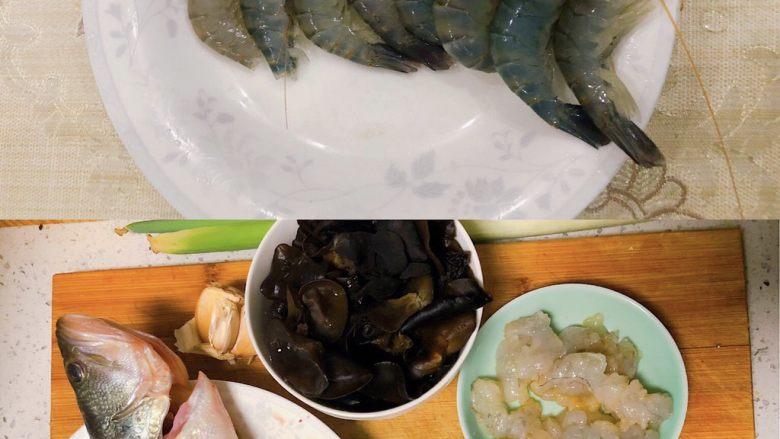 宝宝鲜鱼羹,所需食材如图,木耳提前泡发,取5-6片即可。
