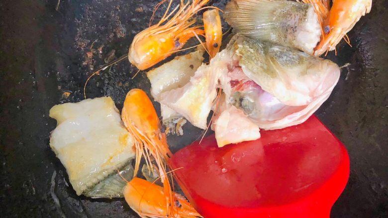 宝宝鲜鱼羹,锅里加入适量的菜籽油,大火烧热。 倒入鱼头,鱼骨和虾头一起炒至变色。