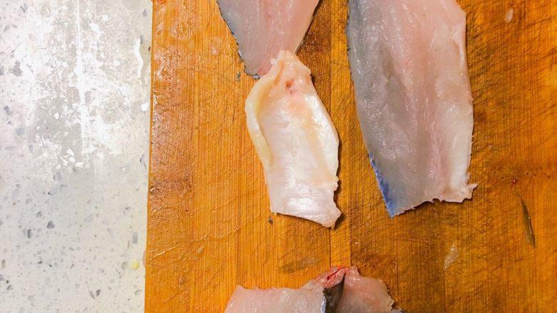 宝宝鲜鱼羹,鱼肉鱼骨分离,分开备用。