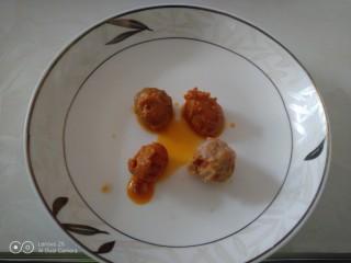 江豆蛋黄酥,烤咸鸭蛋取蛋黄。
