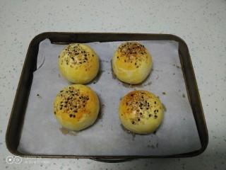 江豆蛋黄酥,取出。