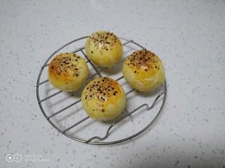 江豆蛋黄酥,晾凉。
