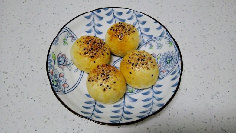江豆蛋黄酥,放入烤盘。