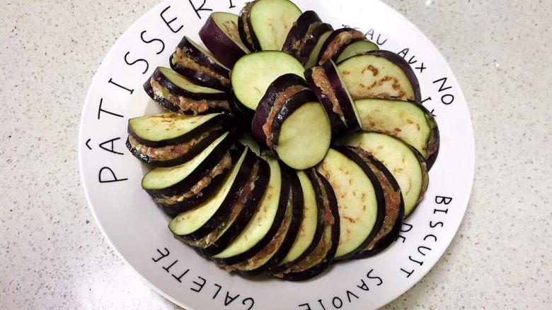 灯笼茄子,把夹了肉末的茄片码入盘里,做成灯笼形状