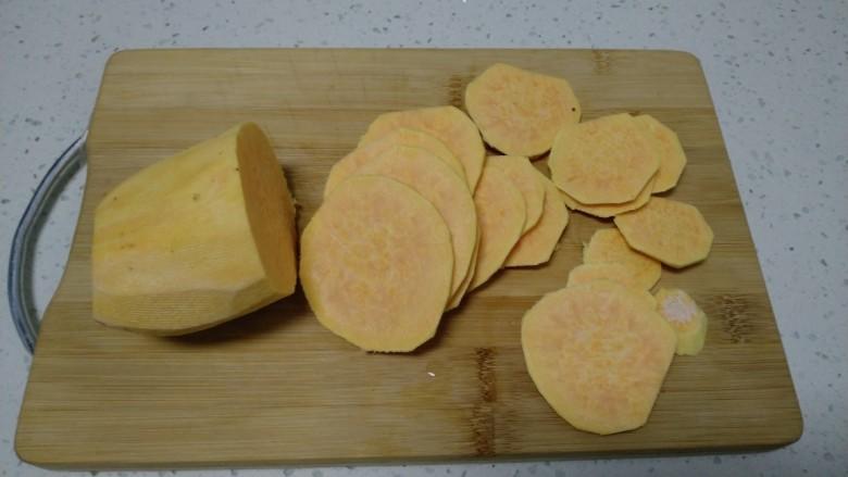 红薯、糯米、豆沙芝麻小饼,<a style='color:red;display:inline-block;' href='/shicai/ 2585'>红薯</a>去皮切薄片,切的越薄蒸的越快。