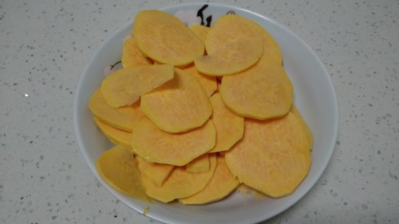 红薯、糯米、豆沙芝麻小饼,盛入盘中。