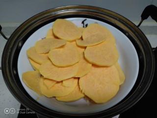 红薯、糯米、豆沙芝麻小饼,冷水上锅。