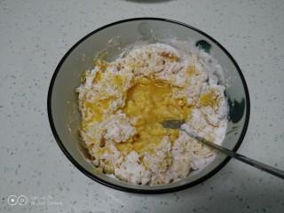 红薯、糯米、豆沙芝麻小饼,加入一个鸡蛋。