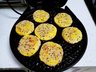 红薯、糯米、豆沙芝麻小饼,煎至一面金黄。
