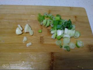 咸蛋清炒丝瓜、上海青,蒜瓣、大葱切碎。
