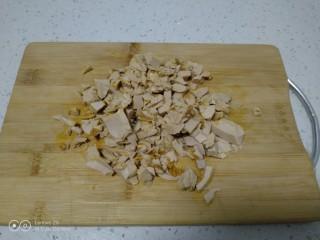 咸蛋清炒丝瓜、上海青,咸蛋清切碎。