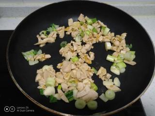 咸蛋清炒丝瓜、上海青,倒入咸蛋清。