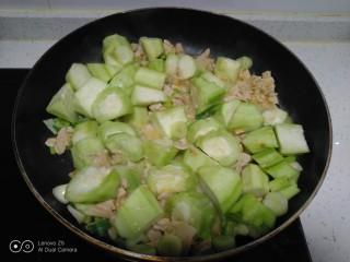咸蛋清炒丝瓜、上海青,倒入丝瓜。