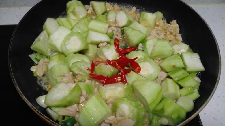 咸蛋清炒丝瓜、上海青,加入尖椒。