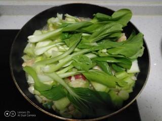咸蛋清炒丝瓜、上海青,放入上海青。