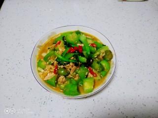 咸蛋清炒丝瓜、上海青,盛入盘中。