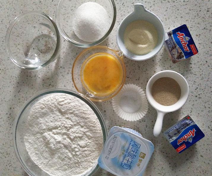 酸奶土司,备齐所用材料。