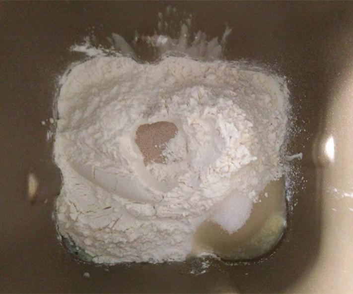 酸奶土司,将材料中除黄油外的所有材料放入面包桶中,底层液体,中层面粉,上层糖盐和酵母,酵母需要在面粉上挖个小坑盖住,不要和酵母直接接触,运行一个揉面程序后加入黄油,再继续揉面25分钟左右至完全阶段。