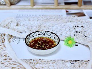 清蒸爬虾,姜切成末放入碗里,倒入生抽和米醋。