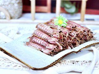 清蒸爬虾,把蒸熟的爬虾,均匀整齐的码放在盘中。