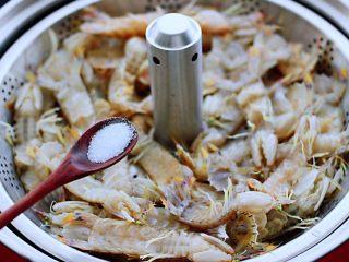 清蒸爬虾,在爬虾上面,均匀地撒上盐调味。
