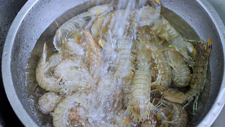 清蒸爬虾,用自来水反复冲洗干净。