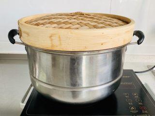 红糖马拉糕,凉水入锅,水开计时30分钟,我加了竹子蒸盖,放置水蒸气滴入面糊中。
