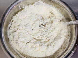 红糖马拉糕,将过筛的面粉加入到液体中搅拌成糊状。