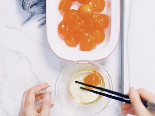 🇨🇳经典中式咸蛋黄豆沙月饼,味浓料足,一家人都爱吃。,咸蛋黄在玉米油中滚一圈放入烤盘